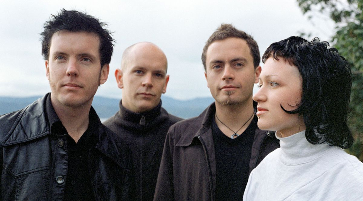 Julia Deans and the gang will play their seminal debut album in February / March 2022.